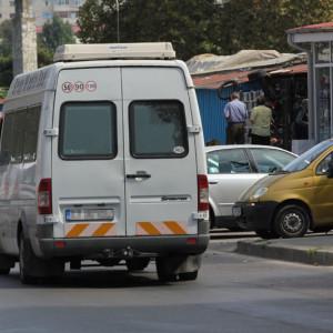Transportul în comun sufocat la propriu de zecile de călători înghesuiţi în microbuze