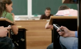 SCANDAL ? Ministrul Pop a schimbat regulamentul: Telefoanele mobile, interzise in timpul orelor. Serviciul pe scoala si sanctionarea pentru lipsa uniformei - interzise