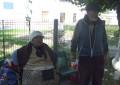 De săptămâni întregi o familie de bătrâni doarme pe o bancă pe Bulevard! Autorităţile locale nu pot lua măsuri dar măcar spun că vor încerca