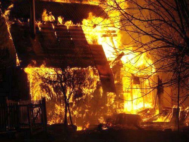 Incediu in curtea bisericii – Au intervenit pompierii