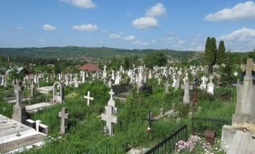 Se va ajunge într-o situaţie criticǎ -CU MORTU-N CASĂ ! Cimitirul oraşului nu a fost extins nici acum!