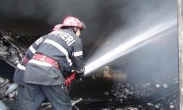 Incendiu la Pitesti - locatarii unui bloc au fost evacuati de urgentă