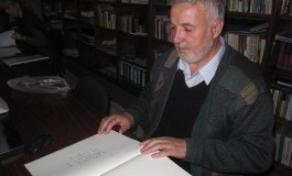 """26 de volume cu fotocopii ale manuscriselor marelui poet Mihai Eminescu au ajuns la Biblioteca municipală """"Ion Barbu"""" din Câmpulung"""
