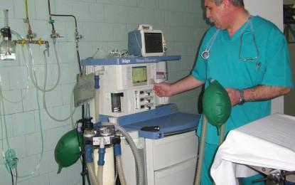 """Datorită lui """"Moş Nicolae – Holcim"""", Spitalul Câmpulung are unul dintre cele mai moderne aparate de anestezie"""