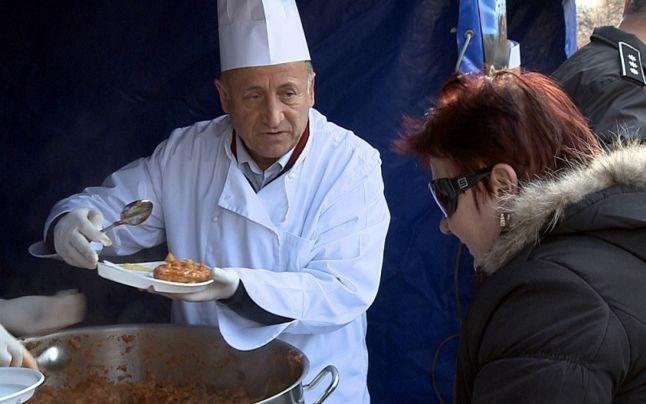 Sarmalele lui Pendiuc rămân amintire – De anul acesta, fără mese în fața primăriei