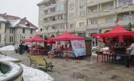 Spre disperarea locuitorilor -Manelele urlǎ la Târgul de Valentine`s de pe Bulevard