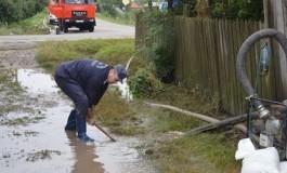 ACUM! Inundaţii la Mălureni INTERVIN POMPIERII