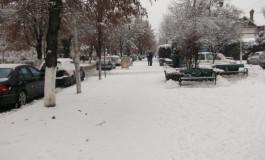 Atenţie argeşeni, sunteţi obligaţi să curăţaţi zăpada din faţa curţilor şi a magazinelor