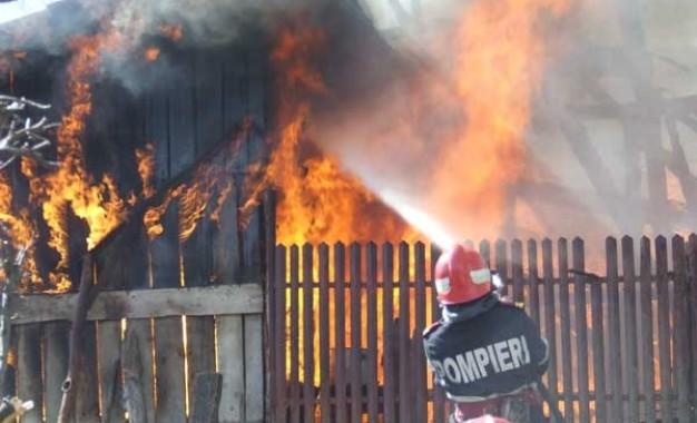 SE INTAMPLA ACUM Incendiu violent in Curtea de Arges – O casa arde din temelii