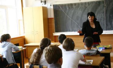 PROFESORII VOR DEVENI AUTORITATI PUBLICE - Puscarie pentru cei care ameninţă sau agresează profesori