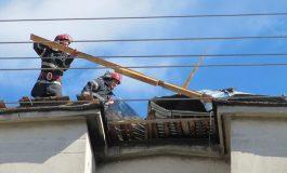 Intervin pompierii - Bucati din acoperisul unui bloc, luate de vant