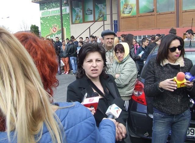 Mama Carolinei Bănăţeanu a retrăit astăzi clipele de cosmar prin care a trecut la moartea fiicei sale – Acuzaţi si atunci au fost medicii din Curtea de Arges