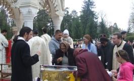 Galerie foto! Mii de credinciosi au stat ore întregi la coadă pentru a ajunge la Moastele Sf Filofteia