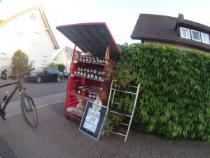 Punct de vânzare dintr-o gospodărie din Germania, autoservire fără aparat de taxare, fără bon fiscal.