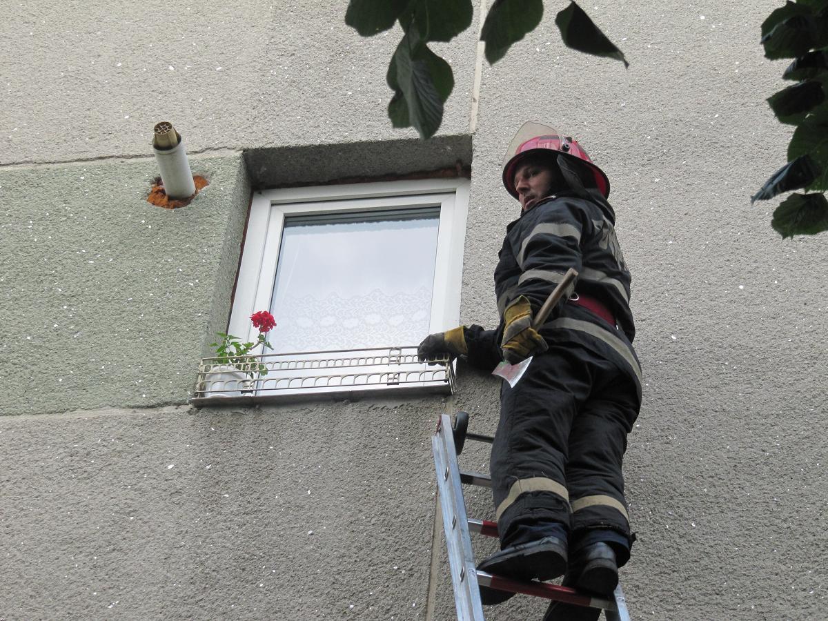 Pompierii au intrat pe fereastră şi au salvat o femeie