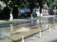 Pe Banu Mărăcine curge apa șiroaie - In zi nelucrătoare, Aquatermul nu intervine nici la avarii urgente