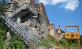 Un pas înainte !Se monteazǎ LIFT pentru acces la Cetatea Poienari