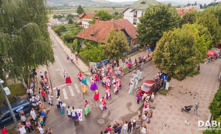 Din 1975, in fiecare an, Festivalul Carpati s-a tinut la Curtea de Arges – Anul acesta a fost desfiintata prestatia ansamblurilor internationale