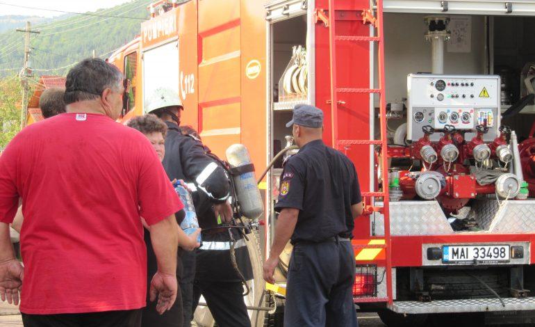ACUM! Incendiu la un bloc din Curtea de Argeș – Se evacuează locatarii