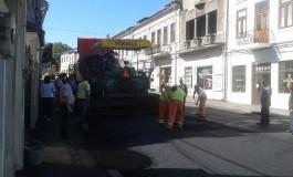 Se mai modernizeazǎ trei strǎzi - SPGC-ul toarnǎ asfalt, conform programului