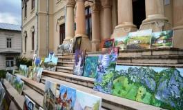 """Pictori din 9 ţări au protestat pe treptele Casei de Cultură """"Tudor Muşatescu"""" arătând Ministerului Culturii cum şi-a bătut joc de Câmpulung"""