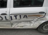 În aceste momente! Un Oltcit a intrat în maşina poliţiei!