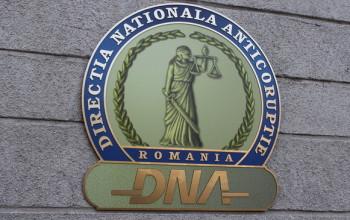 Preşedintele Consiliului de Administraţie al SC Carpatica Asig S.A. Sibiu a fost reţinut pentru 24 de ore de procurorii DNA. Vezi care sunt relaţiile acestuia  cu lideri importanţi din Argeş.