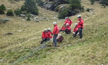 A scapat ca prin minune! Tânăr de 22 de ani a căzut 150 de metri într-o râpă la munte
