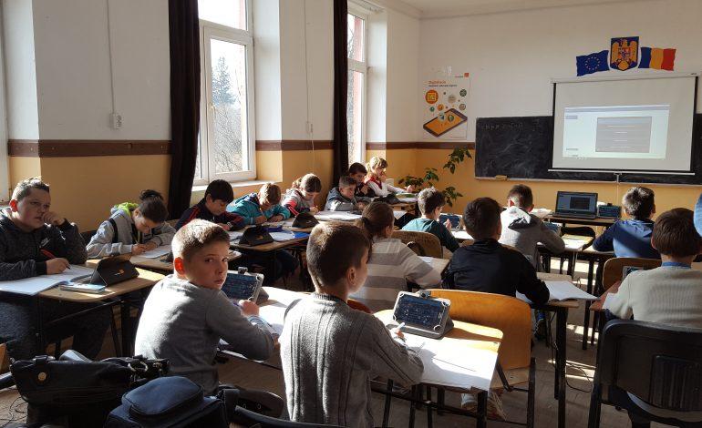 Digitaliada continuă la Școala din Vlădești ! Elevii învață matematică și informatică în laboratorul digital