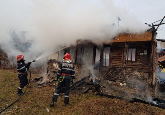 VIDEO ! ACUM, casă în flăcări în Argeş !