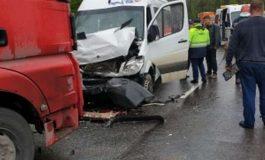 ACUM ! Accident grav in Argeş - Un microbuz plin cu copii a intrat intr-un TIR