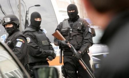 Grupare de evazionişti luată cu asalt de poliţişti şi procurori DIICOT