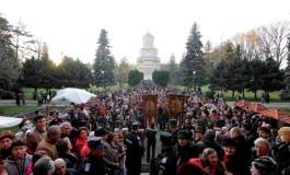 Hram la Manastirea Argesului - Mii de credinciosi se inchina la moastele Sf Filoteia
