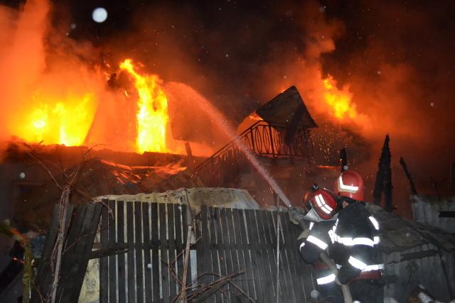 O femeie a ajuns la spital după un incendiu în comuna Pietroşani