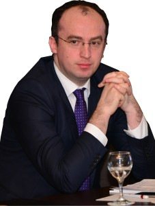 """Dr. Marius Geantă a absolvit Universitatea de Medicină şi Farmacie """"Carol Davila"""" din Bucureşti în anul 2003. Datorită formării sale şi pasiunii pentru medicină şi ştiinţă, dr. Marius Geantă s-a implicat activ, la scurt timp, în jurnalismul de sănătate şi în domeniul sănătăţii. Astăzi, întreaga sa activitate este apreciată şi recunoscută de unii dintre cei mai importanţi lideri din domeniul sănătăţii din ţară şi din străinătate. Dr. Marius Geantă este co-fondatorul Centrului pentru Inovaţie în Medicină, expert pe medicină personalizată al European Development Platform, membru al European Alliance of Personalized Medicine. Printre multe alte proiecte în care a fost implicat se numără proiectul IT Future of Medicine, dar şi Public Health Genomics Network."""