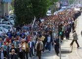 Mii de oameni au iesit in strada la Mioveni - Se scandeaza impotriva clasei politice