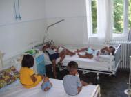 Incredibil! La Spitalul de Pediatrie, cate doi copii in pat si 11 in salon - Se vorbeste de cazuri similare, musamalizate