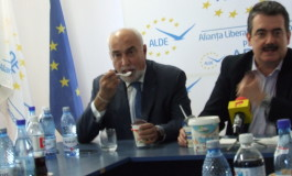 """Varujan Vosganian şi Andrei Gerea fac """"în direct"""" analiza produselor BRĂDET"""