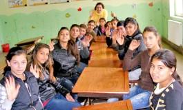 Mai rar asa ceva! 300 de copii dintr-un catun de romi din Arges, merg zilnic la scoala