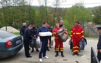 Pompierii din Mioveni au adus bucurie unei familii greu incercate - Le arsese casa inainte de Paste