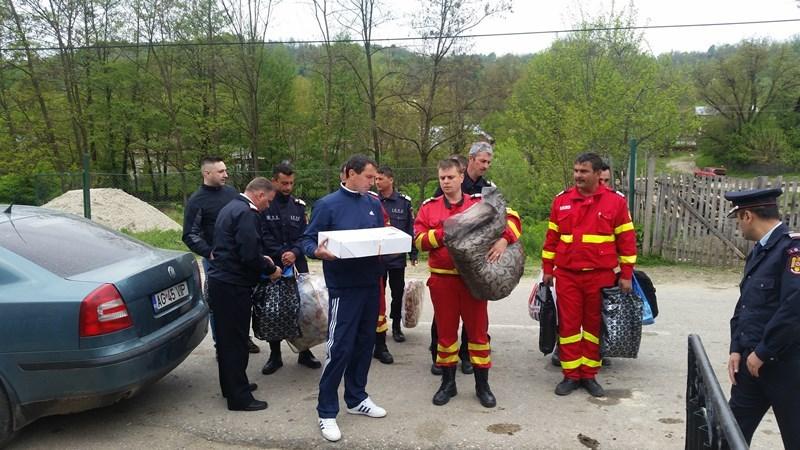 Pompierii din Mioveni au adus bucurie unei familii greu incercate – Le arsese casa inainte de Paste