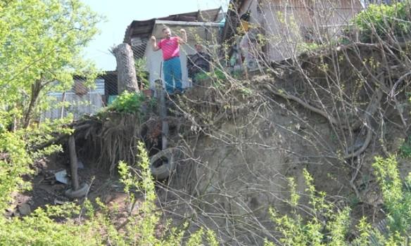 La insistentele ziarului nostru  -S-a găsit soluția pentru strada Rozelor , acolo unde casele argeșenilor riscă să se prăbușească