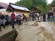 Inundatiile fac prapad in Arges - Autoturism luat de viitura