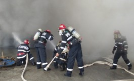 Incendiu puternic la Pitesti - Ard mai multe bazine cu substante reziduale