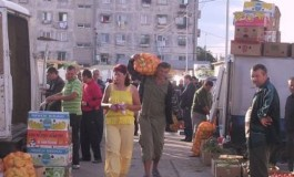 Cornel Ionică vrea cu orice chip să readucă vânzătorii de legume şi fructe  lângă Bazinul Olimpic din Piteşti după ce primăria a cheltuit aproape 800 de mii de euro să-i scoată de acolo