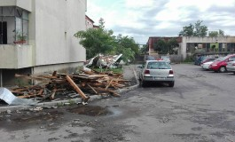 GALERIE FOTO -  Zeci de maşini şi acoperişuri distruse la Curtea de Arges