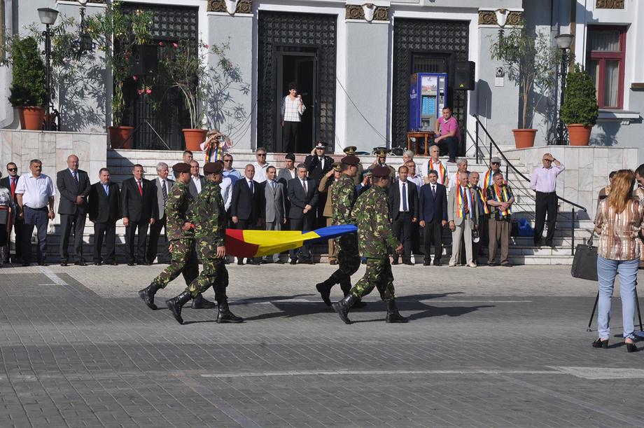 Reprezentanţii autorităţilor locale din Piteşti au omagiat Ziua Drapelului Naţional