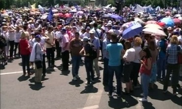 Profesorii din Arges protesteaza la Bucuresti - 8000 de oameni sunt in strada