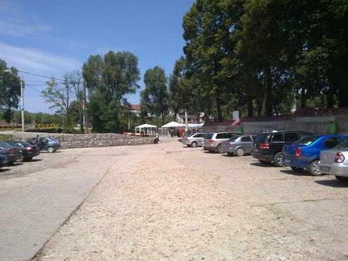 Popii au primit gratuit parcarea Manastirii – Dar nu pentru 25 de ani