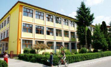 La o şcoalǎ din Curtea de Argeş, copiii consumǎ în voie cafea în curtea şcolii